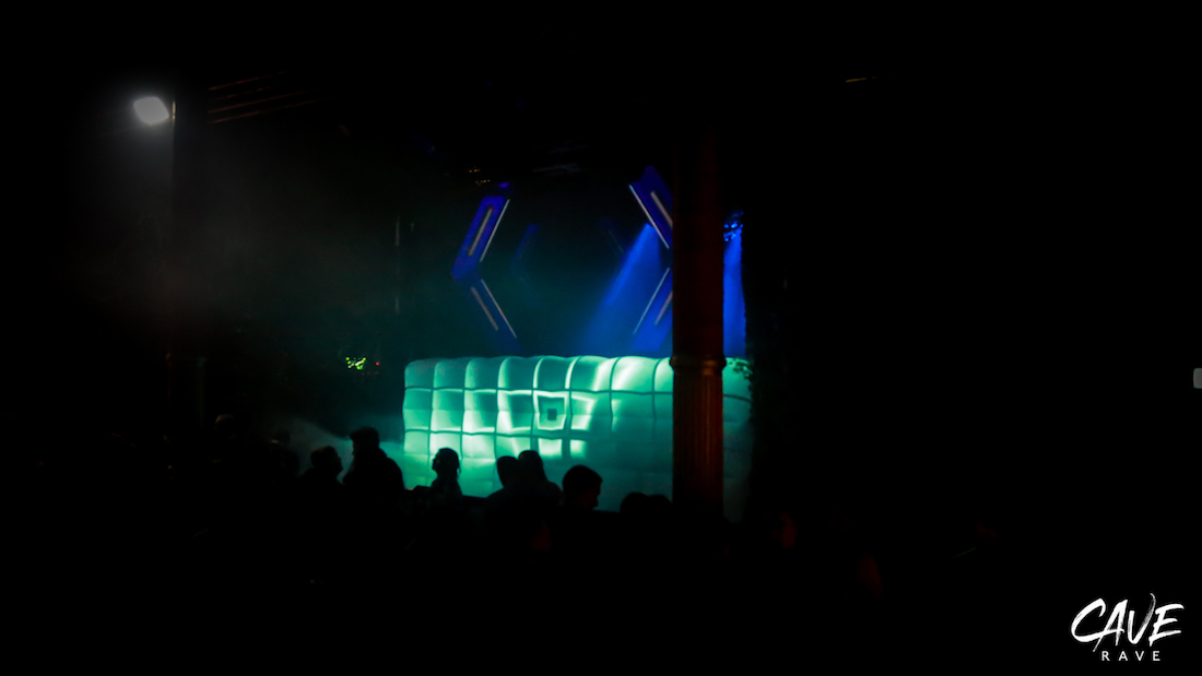 CAVE_RAVE_Tour_Pixel-Branding_Holo_Mapping_Clubs_Event_Concepts_Holo-Gauze_Holographics_Stage-Design7973